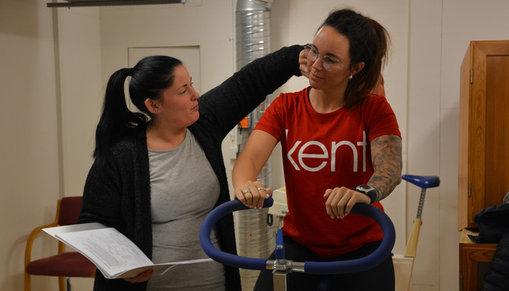 Två tjejer genomför en hälsoprofilbedöming på en testcykel.