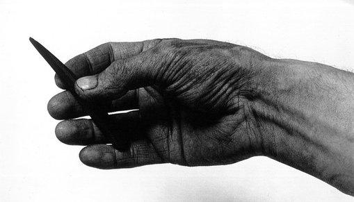 Hand som håller ritkol.