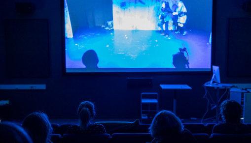 Publik tittar på bio