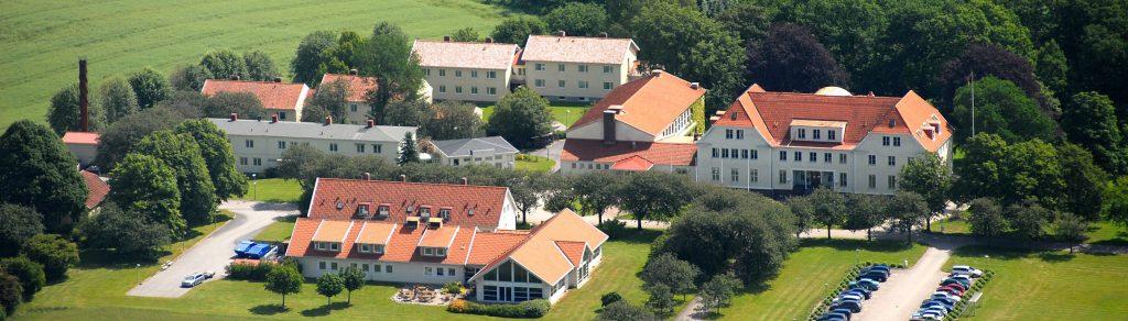 Flygfoto över Katrinebergs folkhögskola i Ätrans dalgång.