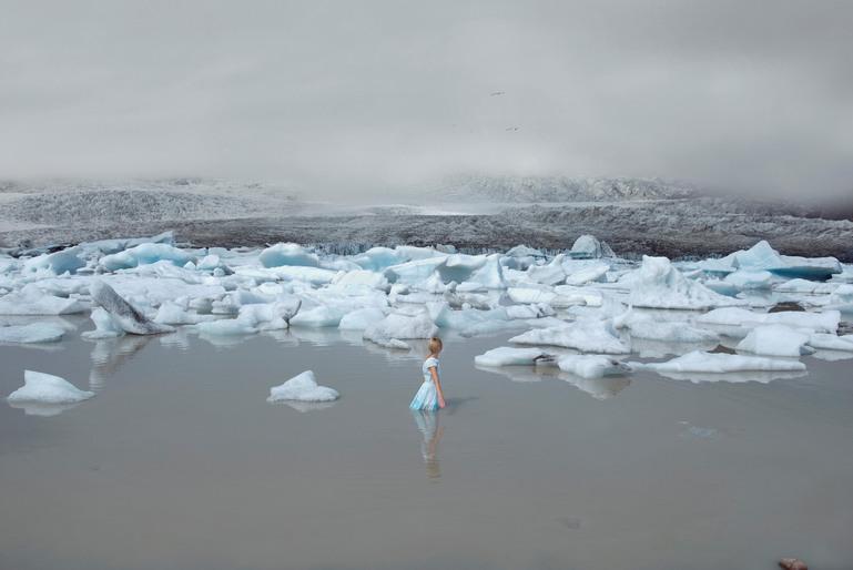 Flicka i vatten bland isflak.