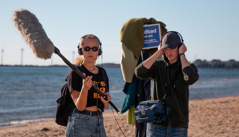 Två deltagare på filmlinjen på Katrinebergs folkhögskola som ansvarar för ljudet på en filminspelning.