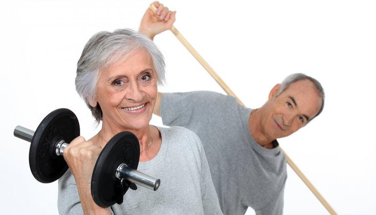 Två äldre personer motionerar.