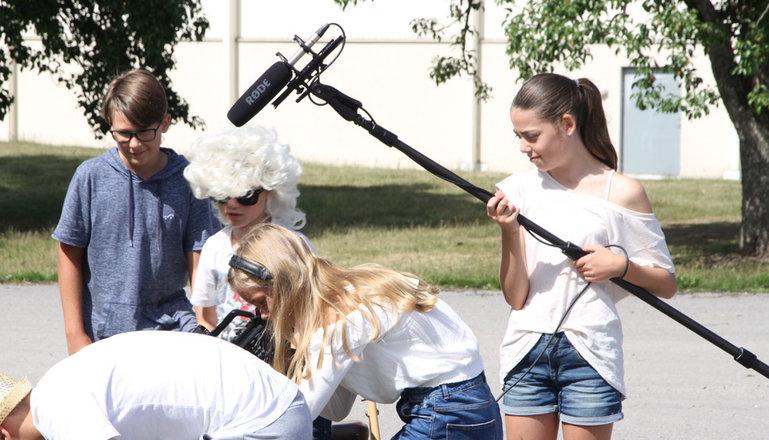 Filminspelning pågår med unga filmare.