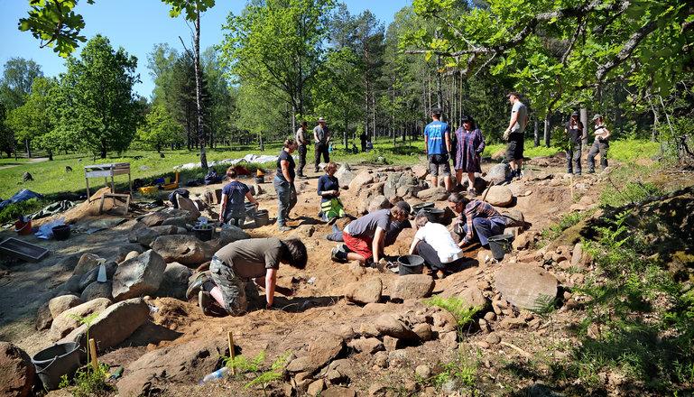 Många arkeologer som är vid en utgrävning.