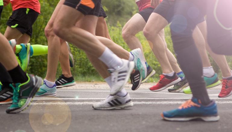 Löpare som springer men man ser endast deras ben.