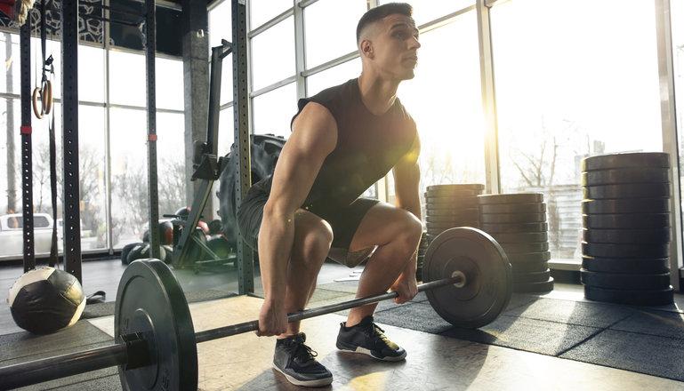 En man som håller på med tyngdlyftning.